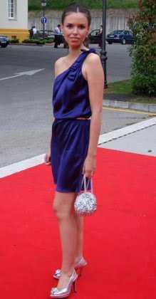 Vestido azul marino con accesorios rojos