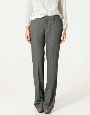 2e7bca03e5 Los pantalones grises no suelen ser tan populares o solo se usan en la  oficina y generalmente solo los combinamos con una blusa blanca.