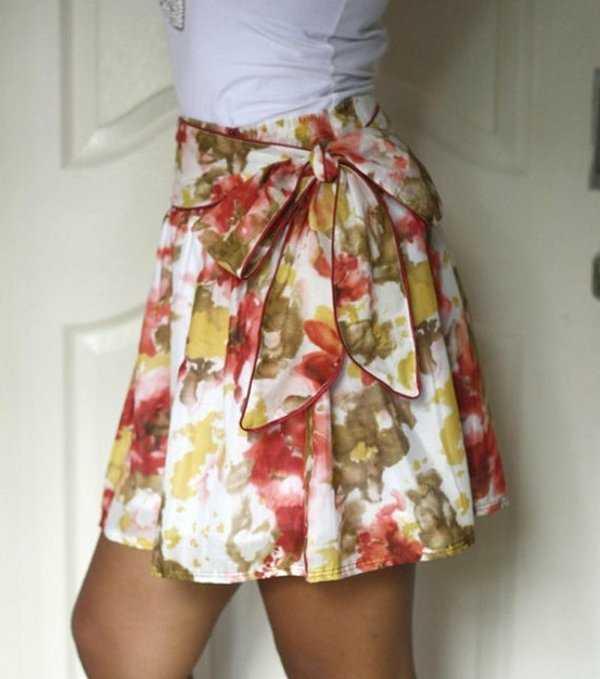 La falda acampanada empezó a ser tendencia en y continuará otro año más. Es una falda que luce bien en todo tipo de cuerpo y puedes adaptarla para look diarios o para ocasiones especiales.