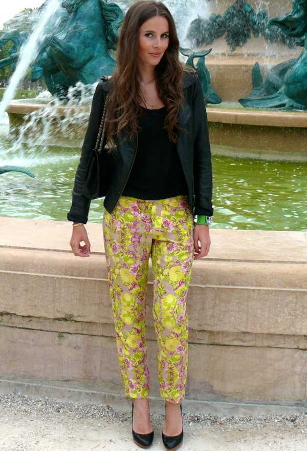 Polo negro con pantalón amarillo ¡Te encantará!