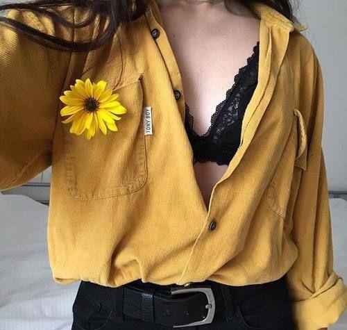bralette y blusa semiabierta