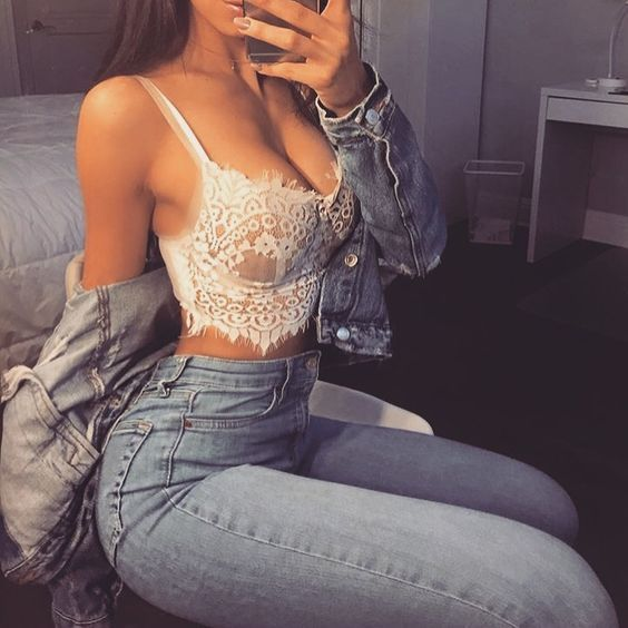 bralette y jean a la cintura